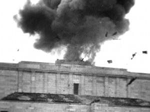 Kein Gedenken den Tätern: Sprengung des Hakenkreuzes auf der Haupttribühne des NSDAP-Reichsparteitagsgelände am 22. April 1945 nach einer Siegesparade der US-Armee