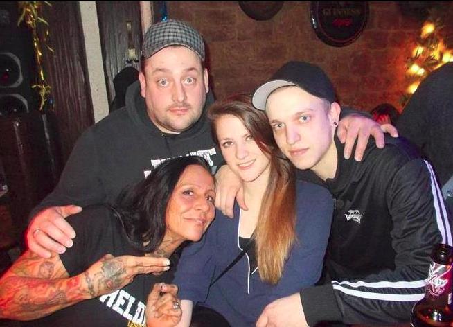 Jacky Süßdorf beim Gruppenfoto mit Kevin Ruppert und Kevin Ney samt Freundin