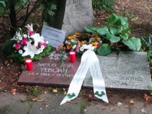 In Gedenken an Samuel Yeboah: Blumen auf dem Friedhof